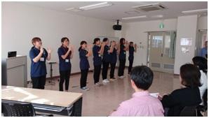 学生による手遊びやダンス